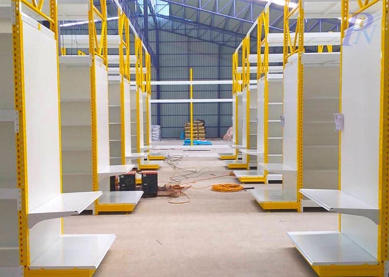 หัวเชลฟ์สีเหลืองกลางร้านขณะก่อสร้าง