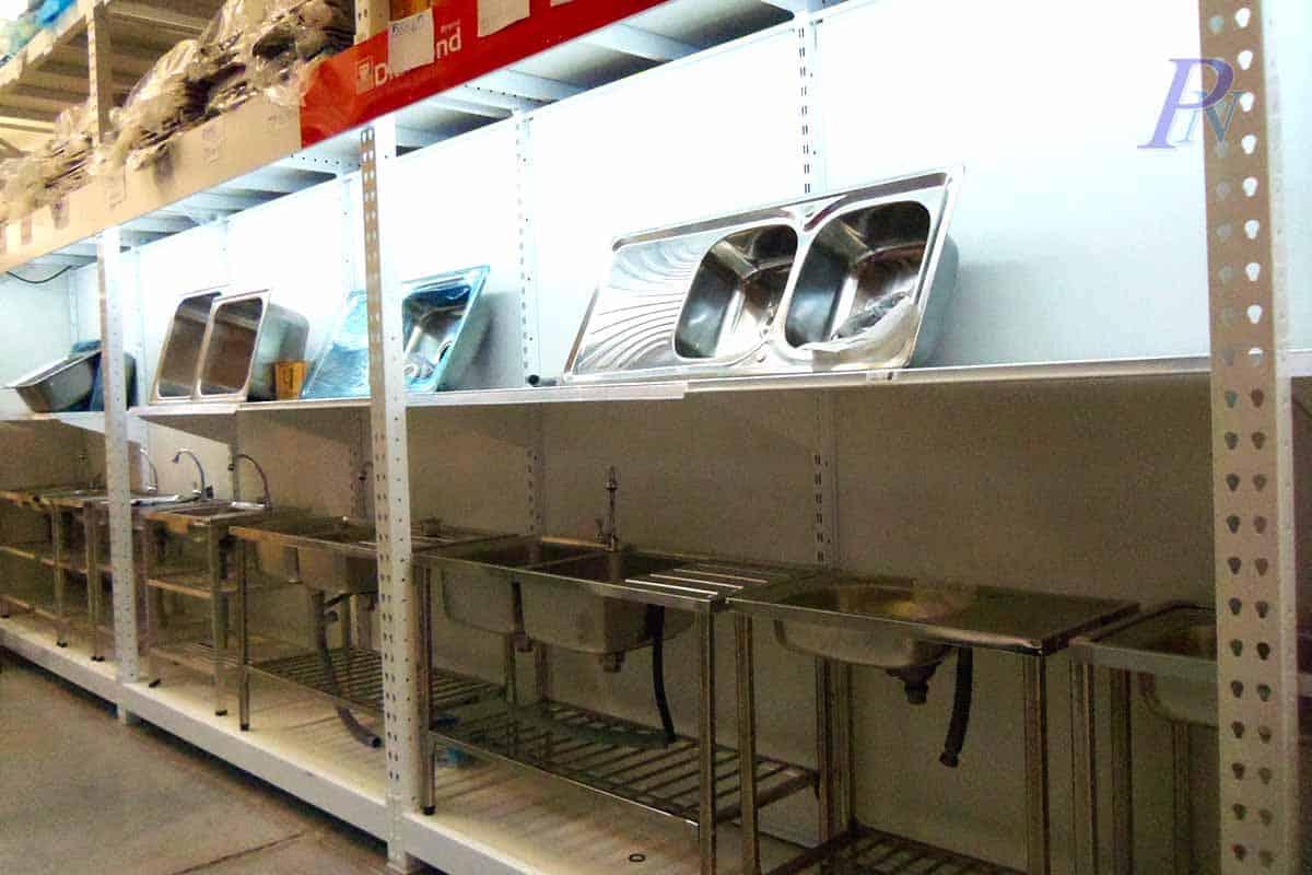 แร็คโชว์สินค้าชุดล้างจานในร้านอาหาร