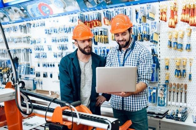 พนักงานขายเตรียมข้อมูลลูกค้าในร้านวัสดุก่อสร้าง