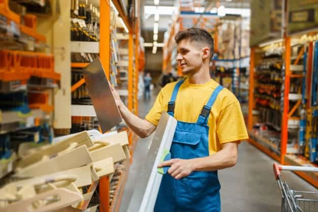 พนักงานขายเตรียมตัวขายสินค้าในร้านวัสดุก่อสร้าง