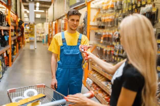 พนักงานขายสินค้าในการเปิดร้านขายวัสดุก่อสร้าง