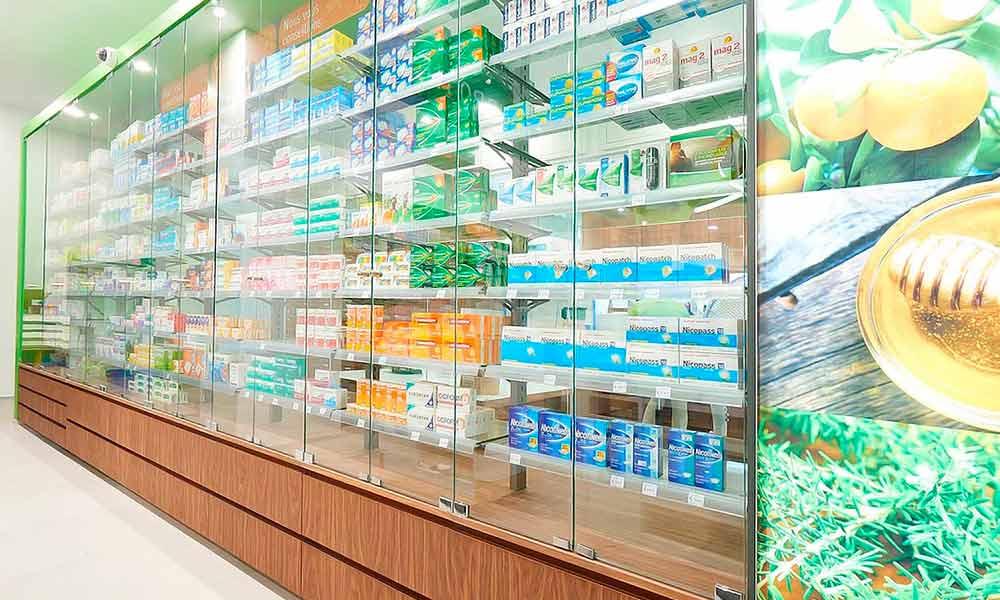 ชั้นวางสินค้าในแบบร้านขายยา Bourroches