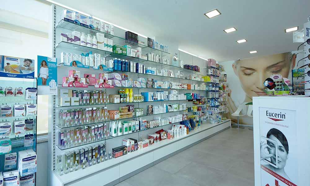 ชั้นวางสินค้าในร้านขายยา Bourroches