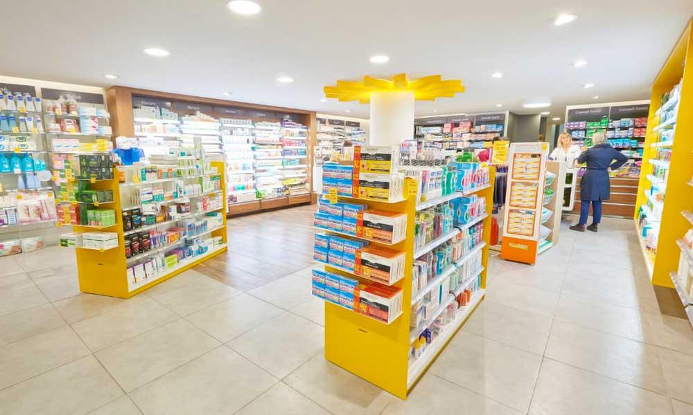 แบบร้านขายยา Soleil ตกแต่งด้วยสีเหลือง